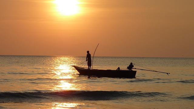 海と釣り人の画像