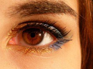 瞳の色暖色系