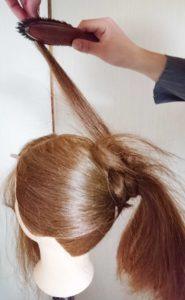 ブラシで逆毛を立てる